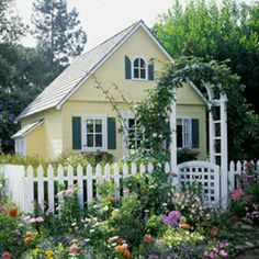 Little yellow cottagehouse with a white picket fence.. to grow roses on