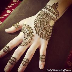 Mehndi design is extremely very famous for every occasion. Everyone can find best mehndi design for any festival. Simple and Easy Mehndi Designs Images. Henna Hand Designs, Mehandi Designs, Mehndi Designs Finger, Simple Arabic Mehndi Designs, Mehndi Designs 2018, Mehndi Designs For Beginners, Mehndi Design Images, Mehndi Simple, Beautiful Mehndi Design