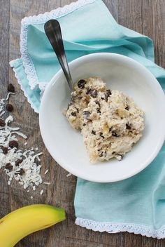 Healthy cookie dough oatmeal will rock your breakfast world! This gluten free recipe is primarily naturally sweetened with banana and yogurt – plus the indulgent addition of a few chocolate chips and shredded coconut.