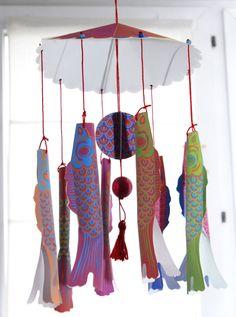 A la façon des suspensions asiatiques, un petit mobile avec mes poissons Koinobori. C'est incroyable ce que ces poisson japonais m'inspire… Le support est à imprimer sur du canson Les poisson sur du papier normal je vais malgré tous les laisser un peu...