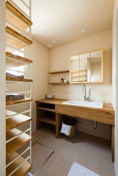 藤沢市にラボワット(株)建空間が建築した「2階リビング」と「勾配天井」のある作品事例です。オーダーキッチンとオーダー洗面台、木製玄関ドアにボルドーパインの無垢床に珪藻土と、素材感を感じるオリジナリティな木の家です。