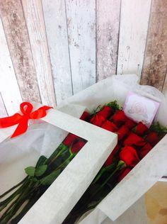 Rosebox - Caja de 24 rosas de 75cm de largo y 30cm de ancho. Tu eliges el color de tus rosas favoritas!