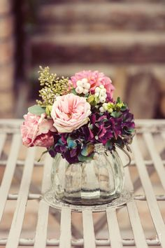 Glasvase mit Blumenstrauß in Bordeaux und Rosa mit Dahlien, Hortensien und Rosen bei www.weddingstyle.de| Foto: Judith Stoop