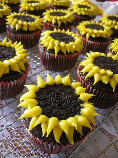 these are cute Sunflower cupcakes. So easy and delish. *From Hello Cupcake! by Karen Tack Cupcake Recipes, Cupcake Cakes, Dessert Recipes, Oreo Cupcakes, Gourmet Cupcakes, Strawberry Cupcakes, Easter Cupcakes, Velvet Cupcakes, Christmas Cupcakes