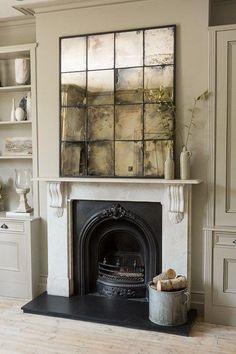 Ein Vintage-Raum mit Kamin wird mit einem verblichenen Spiegel über die Kaminseite hervorgehoben