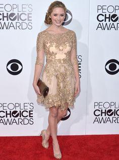 Greer Grammer Con aires barrocos apareció Greer Grammer en People Choice Awards, que eligió uno de los últimos diseños de Mikael D creado con partes de tul y bordados dorados.