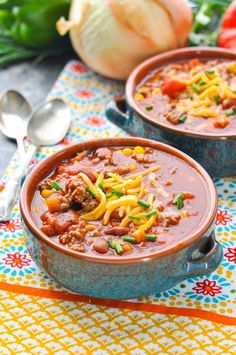 Healthy Slow Cooker Beef Chili | Warm up your winter with this healthy and cozy chili recipe!