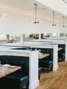 piso de madeira e pendentes brancos em restaurante