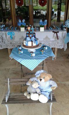 O bolo fake ursinho poá azul e marrom. No banco coloquei os ursos que pertencem a decoração do quarto do meu filhote.