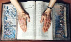 39 fresques mystérieuses cachées sur la tranche des pages de livres anciens