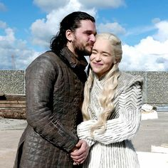 Long before Jon Snow and Daenerys hooked up on 'Game of Thrones,' Kit Harington and Emilia Clarke were incredibly close friends. Kit Harington, Arte Game Of Thrones, Game Of Thrones Facts, Khal Drogo, Jon Snow E Daenerys, Jon Snow Daenerys Targaryen, Dany And Jon, Jon Schnee, Kit And Emilia