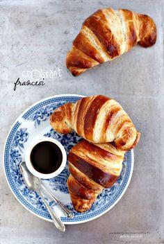 Non è la prima volta che mi butto in una ricetta simile....avevo già lasciato traccia con i Croissants sfogliati all' Italiana  preparati ...