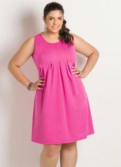 Vestido Rosa Plus Size Confeccionado em helanca. Modelo sem mangas, decote redondo e detalhe de pregas frontais. http://www.posthaus.com.br/moda/vestido-rosa-detalhe-pregas-plus-size_art183085.html?mkt=PH1209