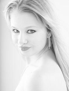 Ina - Schwarz/Weiss Highkey Portrait im Studio