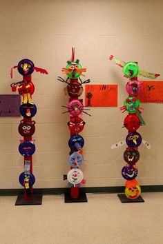 Colorful totem poles are fascinating symbols of Native American cultures. Take a look at these Totem Pole Craft Projects For Kids, which can be made from recycled material such as plastic bottles, tin cans or egg cartons. Native American Projects, Native American Art, American Indians, Kindergarten Art, Preschool Art, Craft Projects For Kids, Art Projects, Stem Projects, Totem Pole Craft