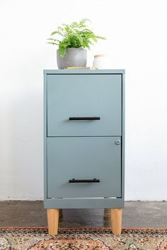 How to Paint a Filing Cabinet Tutorial Painted File Cabinets, Diy Cabinets, Painting Metal Cabinets, Decorating File Cabinets, Refurbished Cabinets, Cheap Cabinets, Repurposed Furniture, Painted Furniture, Refurbished Furniture