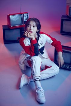 Jeon So Mi perfectly captures pop culture in retro photo shoot for 'Reebok' In the photos, she is seen wearing sporty Reebok Cl. Kpop Girl Groups, Korean Girl Groups, Kpop Girls, Jeon Somi, Retro Fashion, Korean Fashion, Cosmic Girl, Oppa Gangnam Style, 90s Pop Culture