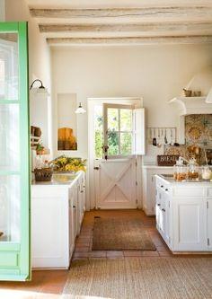 Mooie combinatie hout en wit, rustige sfeer, leuke deur. Gebroken wit is zeer aangenaam