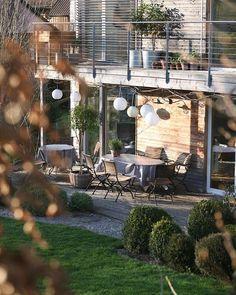 Jeden Abend bis es dunkel wird im Garten #gartengestaltung #sitzplatz#terrasse #balkon#terrassenüberdachung #holzhaus#lärchenfassade #immergrün #eibe #taxusbaccata #einschweizergarten#zuhausevoneinschweizergarten#porch