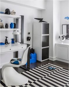 Teen study space inspiration with extra smart storage solutions hutch on top Neutral Bedroom Decor, Boys Bedroom Decor, Bedroom Ideas, Boy Bedrooms, Childrens Bedroom, Teen Study Room, Study Space, Kids Room Design, Kid Spaces
