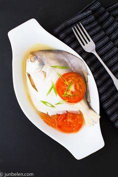 Fish pinangat - fish soured in calamansi and tomatoes.I love pomfret fish. Fish Recipe Filipino, Filipino Dishes, Filipino Recipes, Filipino Food, Fish Recipes, Seafood Recipes, Asian Recipes, Cooking Recipes, Healthy Recipes