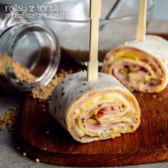 Great party snack - tortilla rolls with ham and cheese with mustard sauce (in Polish) Wrap Recipes, Pork Recipes, Lunch Recipes, Appetizer Recipes, Cooking Recipes, Ham Rolls, Pizza Hut, Tortilla Rolls, Snacks Für Party
