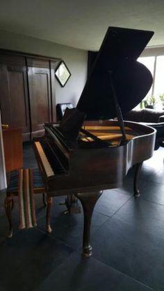 TE KOOP: Antieke Baby Wing Vleugel Ed Seiler met dito pianokruk op 3 prachtige Queen Ann poten uit 1939. Een half onder A gestemd op 28 april 2017.  Afmeting: voorzijde klavier tot achterzijde 135cm. Breedte 147cm en de hoogte met gesloten klep 96cm. Uiteraard vragen wij hier een serieus bod voor. Voorproefje gespeeld door pianostemmer: https://www.youtube.com/watch?v=e1EyL7pa5nI Zelf proefspelen? Voor het maken van een afspraak ons eerst even mailen. US Sporthal Leeuwarden…