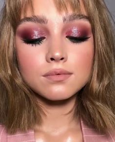 17 Pretty Makeup Looks to Try in 2019 – Makeup Ideas & Trends Pink Eye Makeup, Dramatic Eye Makeup, Colorful Eye Makeup, Natural Eye Makeup, Eye Makeup Tips, Kiss Makeup, Glam Makeup, Makeup Inspo, Makeup Inspiration
