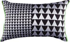 Wunderschönes Kissen der Marke »KAS« aus dem Hause Kremer. Der Bezug ist aus 100% Baumwolle und die Füllung besteht aus 100% Polyester. Das Kissen hat die Maße 35 x 55 cm und passt in jedes Wohn- und Schlafzimmer. Selbstverständlich kann die Kissenhülle bei 30°C-Schonwäsche in der Maschine gewaschen werden. Mit Reißverschluss.   Artikeldetails:  Grafisches Design, Mit Füllung, Eckige Form, Mit ...