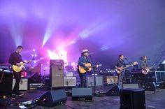 Wilco åpnet konserten på Sukkerbiten ved Operahuset litt nølende, men spilte seg stort opp. Jeff Tweedy i midten.