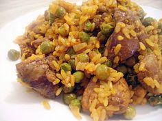 Нежная куриная печень с рисом и зеленым горошком