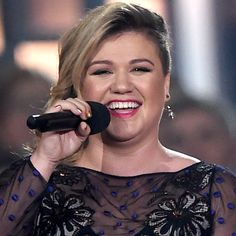 """Kelly Clarkson is basically singing a cover a night out on her current tour. After putting her own spin on """"Jealous"""" by Nick Jonas and Rihanna's """"Stay,"""" the songstress took on Taylor Swift's """"Blank Space."""" This girl's vocal abilities are out of control."""
