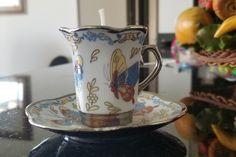 Velas de cera de soya con aroma a café, vertidas a mano y decoradas con granos de café Colombiano Pidelas al 3168540918 Encuentranos en Instagram y Facebook en @Inspiration.designlab #velas #velasartesanales #regalos #decoracion #hogar #soycandles #velasdesoya #velasbogota #velasdesoyabogota #hechoamanoconamor #vegano #velasdecafe Soya, Tea Cups, Facebook, Tableware, Instagram, Coffee Candle, Candle Wax, Coffee Beans, Candles