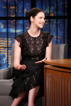 Caitriona Balfe - Late Night with Seth Meyers - Philosophy di Lorenzo Serafini Outlander Series Cast, Diana Gabaldon Outlander Series, Outlander Book, Seth Meyers Show, Laura Donnelly, Richard Rankin, Sam Heughan Caitriona Balfe, Sam And Cait, Lace