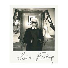 Karl Lagerfeld, directeur artistique de Chanel, le 1er octobre 2013 à Paris http://www.vogue.fr/mode/news-mode/diaporama/portraits-de-createurs-au-polaroid-instantanes-de-fashion-week-printemps-ete-2014-olivier-rousteing-jean-paul-gaultier-alber-elbaz/15561/image/869248#!karl-lagerfeld-directeur-artistique-de-chanel-le-1er-octobre-2013-a-paris