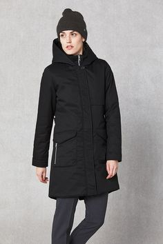 Feminine shape long vinterparka in semi matte fabric with characteristic flap pockets with visible zip. Environmentally friendly water-repellent impre