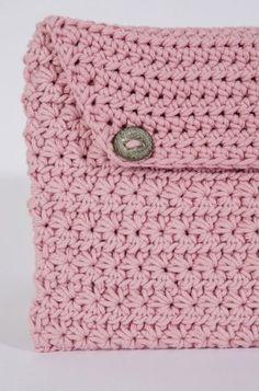 Este inve rno o seu tablet vai estar bem protegido nesta bolsa em croché feita com o fio Natura XL. Seja para oferecer ou para usar...