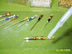 Empezaremos realizando algo muy sencillito, pero no por eso menos decorativo, un bolígrafo, realizado con alambre de bisutería y abalorios ...