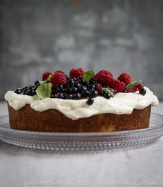 Lemony poke cake with lemon curd and summer berries. Summer Berries, Lemon Curd, Cheesecake, Baking, Sweet, Party, Desserts, Recipes, Food