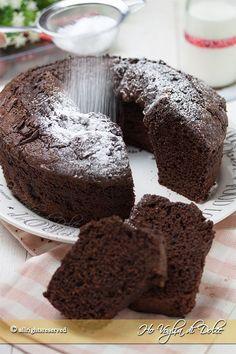 Esiste un dolce più buono ed immortale della ciambella al cioccolato? Un dolce classico per la colazione e la merenda, il dolce delle nostre nonne e probabilmente una delle prime torte che prepariamo