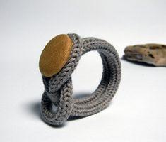 Bracelet tricot en laine taupe Idée tricotin