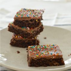 This easy Weet-Bix Slice recipe makes a great treat for the whole family and it's also a great lunchbox treat for the kids. It's so simple to make, you only need a few ingredients, it can be made using a Thermomix AND it's freezer friendly! Slice Recipe, Recipe For 4, Recipe Ideas, Coconut Biscuits, Best Cake Ever, Chocolate Chip Banana Bread, Chocolate Weetbix Slice, Keto Dessert Easy, Banana Bread Recipes