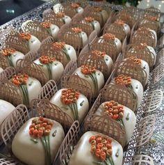 Docinhos para Casamento Chocolate Caramels, Chocolate Treats, Chocolate Truffles, Mini Cakes, Cupcake Cakes, Tea Recipes, Dessert Recipes, Return Gifts For Kids, Soap Wedding Favors
