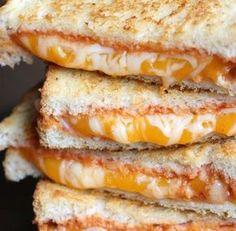 Le croque-fromage au cheddar et à la mozzarella.