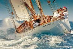 ヨットセーリングの魅力は、 何といっても、激しい海での舵キリ。 共同作業は、行方を左右する・・・