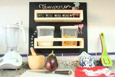 No DIY de hoje você vai aprender como fazer um porta temperos para organizar e decorar a sua cozinha sem precisar gastar muito. Vem ver!