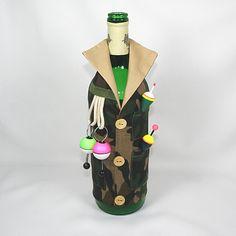 dárkový obal na láhev - rybář Chcete vtipně zabalit láhev vína pro rybáře? Vestička s rybářskýma doplňkama jej určitě překvapí. V zadní části jsou gumičky, takže obal padne jak na litrovku, tak sedmičku. Barvy čihátek a splávků se mohou měnit, dle zásob na skladě.