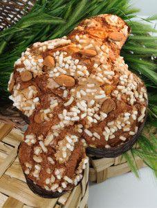 Il dolce emblema delle festività Pasquali è la colomba. Nata nel '900 nella versione classica, si presenta oggi nelle versioni più disparate per accontentare tutti i palati.  Nella variante classica, il soffice impasto, che preserva la ricetta originale, è ricoperto da uno strato di glassa a base di zucchero e mandorle sotto una pioggia di zucchero in granella e mandorle. Una colomba, nella scia della tradizione, che ha portato Alfonso Pepe a scalare le classifiche del Gambero Rosso
