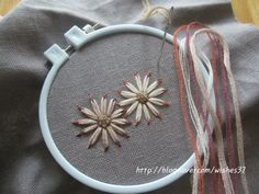 끝물들인 꽃잎... 수는 놓았는데 마땅히 이름 붙일 꽃이름이 생각나지 않네요...ㅋㅋ 실로 그리는 그림입니... Hand Embroidery Stitches, Ribbon Embroidery, Embroidery Patterns, Crochet Patterns, Klimt Art, Gustav Klimt, Visible Mending, Thread Work, Needlepoint
