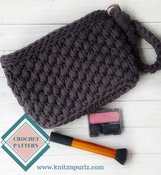 Free crochet t-shirt yarn backpack pattern — knitznpurlzT-shirt yarn and crochet patterns Crochet T Shirts, Crochet Gifts, Fast Crochet, Crochet Yarn, Boho Crochet Patterns, Knitting Patterns, Backpack Pattern, Clutch Pattern, Super Chunky Yarn
